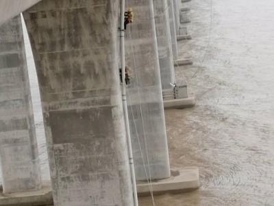 高架桥梁排水管安装机器