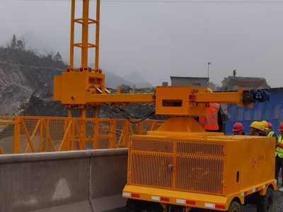 高架桥桥梁泄水管横水管与纵水管一起安装的机器